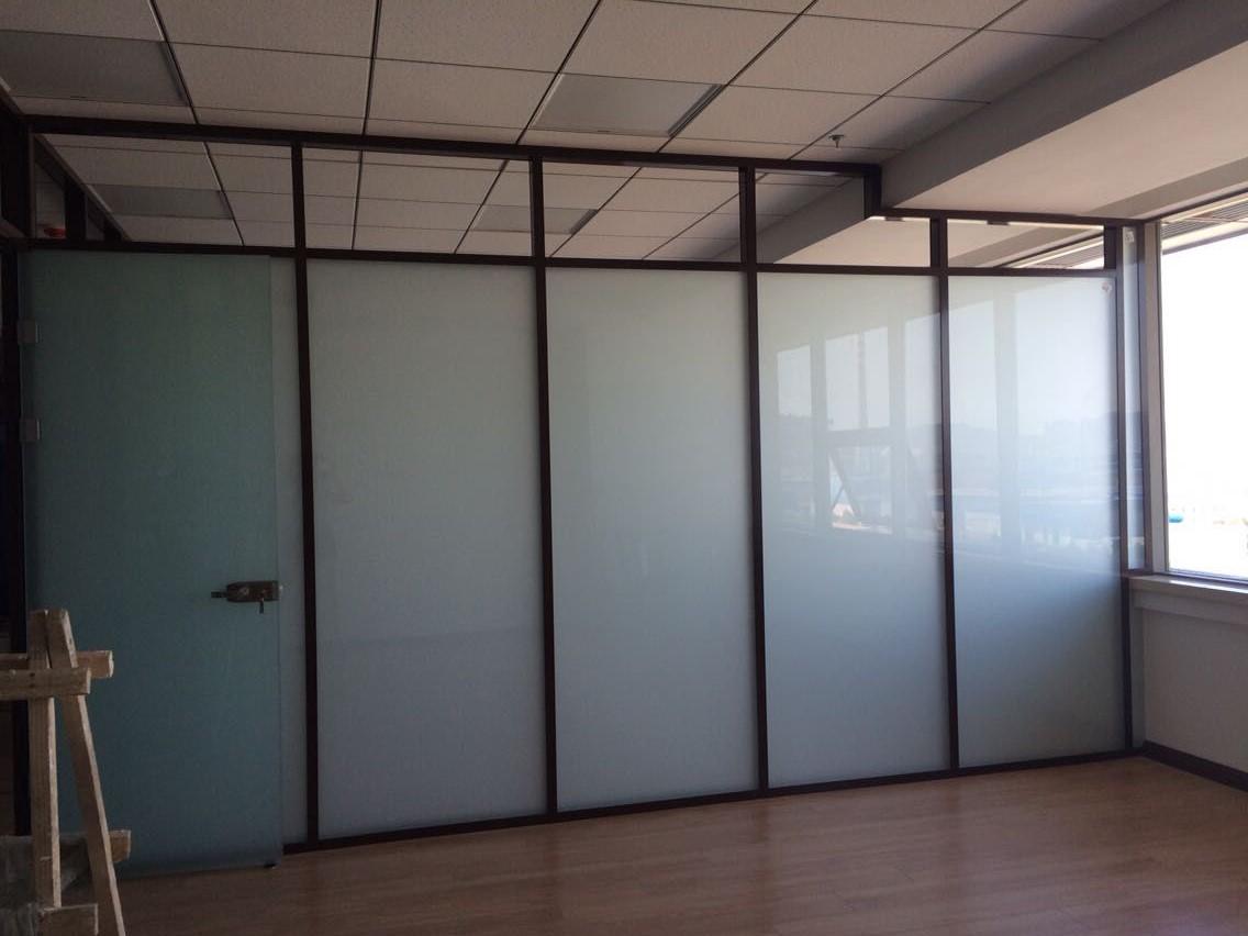 铝合金大连玻璃隔断的简单介绍 铝合金大连玻璃隔断现在被运用的越来越广泛,其中办公室运用最为平繁。隔断的最佳用途就是将办公室空间完美的区分,办公室隔断一般都选择铝合金玻璃隔断,完美的办公室空间设计元素,仿似隔与非隔之间,让办公室显得错落有序。 一、铝合金玻璃隔断分类 1、根据玻璃主材类型: 单层玻璃隔断、 双层玻璃隔断、 双玻百叶隔断, 2、根据大连隔断框架的材料: 铝合金框玻璃隔断、 不锈钢框玻璃隔断、 钢结构框玻璃隔断、 木龙骨框玻璃隔断、 塑钢框玻璃隔断、 钢铝结构框架玻璃隔断、 钢木材料框架玻璃隔